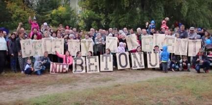 """""""Chcemy zieleni, nie betonu"""". Mieszkańcy osiedla Stokłosy walczą o działkę"""