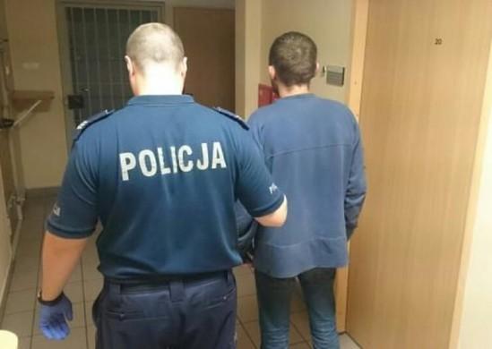 Jeden z napastników prowadzony przez policjanta. Fot. Policja