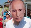 Tort urodzinowy dla Putina i protest przed ambasadą