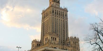 Recyklingowe warkocze zawisną na Pałacu Kultury i Nauki