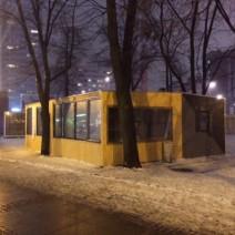 Drewniana buda w centrum stolicy. Straszy i psuje wygląd