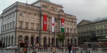 Nazistowska flaga zawisła na Pałacu Staszica
