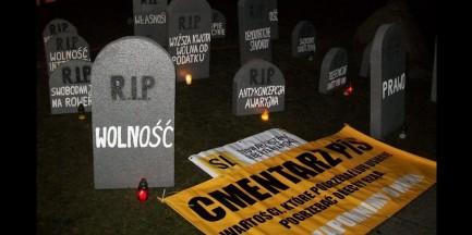 """Przed Sejmem pojawił się cmentarz. """"Chodzi o wartości"""""""