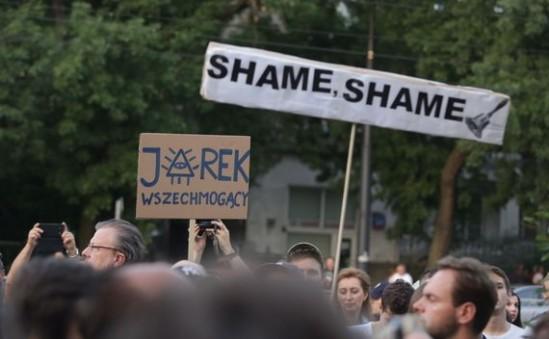 Protest pod domem prezesa PiS. Fot. PAP/Tomasz Gzell