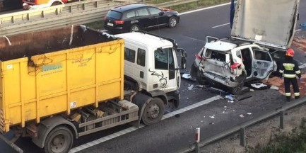 Śmieciarka zmiażdżyła osobówkę na S8. Wbiła auto pod samochód dostawczy