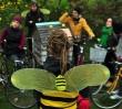 Zapylacze na ulicach Warszawy. Przebrani rowerzyści na ratunek pszczołom