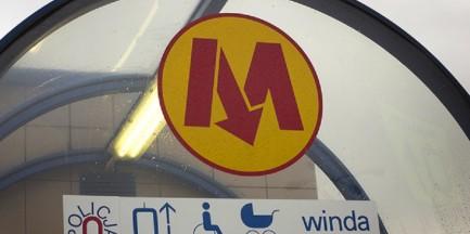 Mężczyzna spadł z peronu na torowisko metra