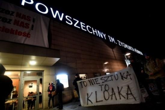 Protesty pod Teatrem Powszechnym. Fot. Bartłomiej Zborowski/PAP