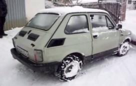 Fiat 126p w roli pługa. Maluchem można odśnieżać ulice Warszawy! (WIDEO)