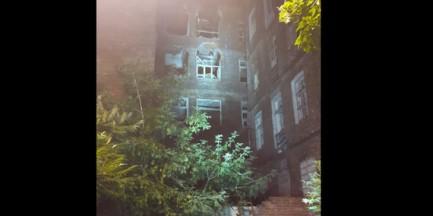 Zawalił się dach kamienicy na Pradze Północ. Budynek czeka rozbiórka