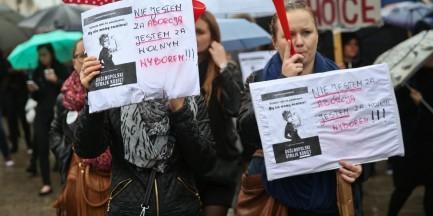 """Uczestnicy """"czarnego protestu"""" idą przed Teatr Polski. Przebywa tam m.in. Andrzej Duda i premier Beata Szydło"""