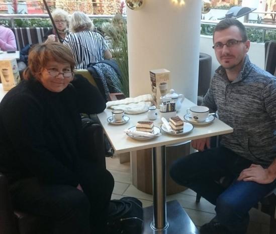Pani Anna z inicjatorem akcji zbiórki pieniędzy - Konradem Sajkowskim. Fot. Facebook/Konrad Sajkowski