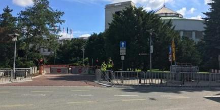 """KOD pikietuje, policja stawia barierki przed Sejmem. Posłanka PO: """"przeginają"""""""