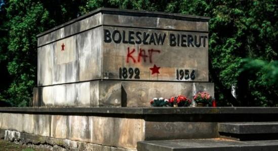 Zdewastowany grób Bolesława Bieruta na warszawskich Powązkach Wojskowych. Fot. PAP/Jakub Kamiński