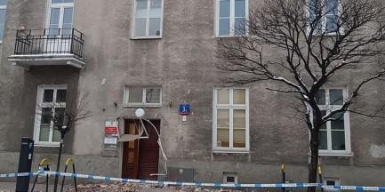 Potężny fragment dachowego gzymsu oderwał się od budynku i runął na chodnik