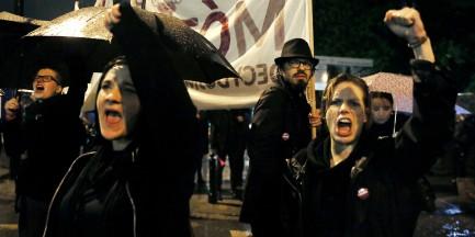 """Czarny Protest. Zatrzymano 4 osoby. """"Rzucały czymś w kierunku policjantów"""""""