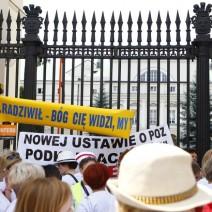 Pikieta pielęgniarek i położnych przed Ministerstwem Zdrowia. Utrudnienia w ruchu
