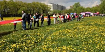 Na Targówku rozwinięto najdłuższą flagę w Polsce [ZDJECIA]