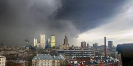 """Potężna burza nad Warszawą. """"Widziałam jak wiatr porwał rowerzystę"""""""