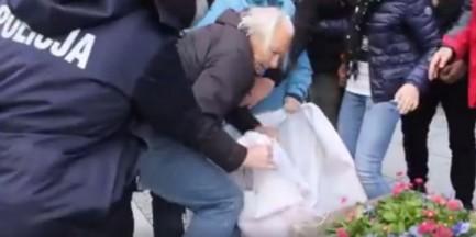 Blokowali marsz nacjonalistów. 3 policjantów szarpało starszego mężczyznę