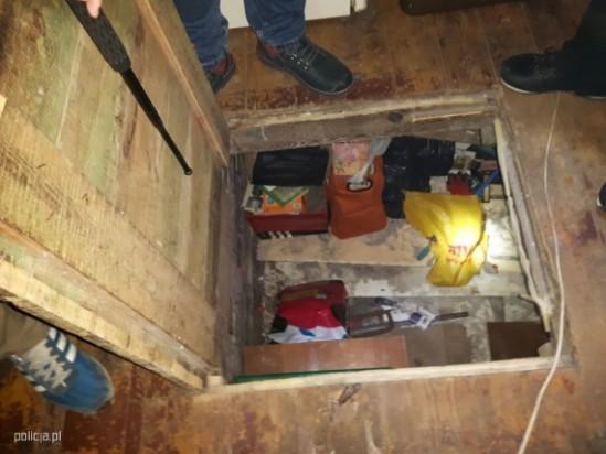 Kryjówka pod podłogą, w której ukrywał się poszukiwany mężczyzna. Fot. policja.pl