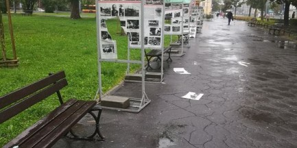 """Wandale zdemolowali wystawę o II wojnie światowej. """"Na środku dziury od kopnięcia"""""""