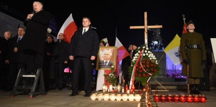 Katastrofa smoleńska. Kaczyński: tablica przed Pałacem Prezydenckim i dwa pomniki