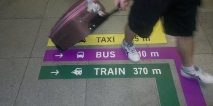 Nowe oznakowanie na Lotnisku Chopina. Pokieruje do taksówki lub pociągu