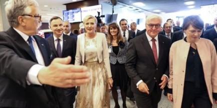 """Wizyta Andrzeja Dudy na targach książki zakłócona. Krzyczeli """"konstytucja"""""""