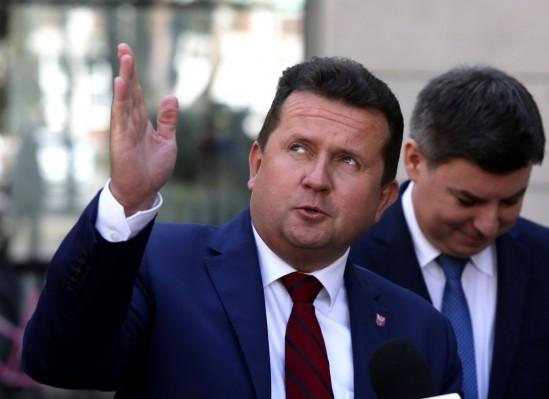 Prezydent Legionowa Roman Smogorzewski. Za nim stoi rzecznik prasowy Platformy Obywatelskiej Jan Grabiec. Fot. PAP/Leszek Szymański