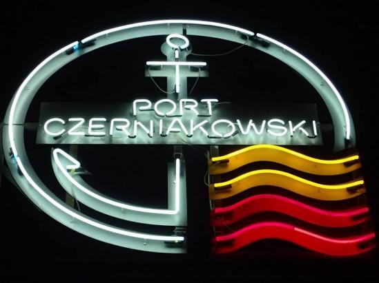 > Neon du port Czerniakowski à Varsovie.