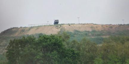 Wyrzutnia rakiet na górze śmieci
