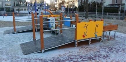 """Nowe wyposażenie placu zabaw na Ursynowie. """"Urządzenie służy integracji"""""""