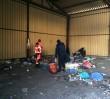 Żyją w nędzy, wśród śmieci i gryzoni. Wawalove.pl na patrolu ze strażą miejską