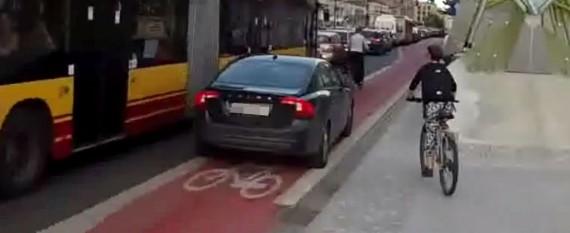 Samochodem po ścieżce rowerowej. Na protesty zareagował wulgaryzmami [WIDEO]