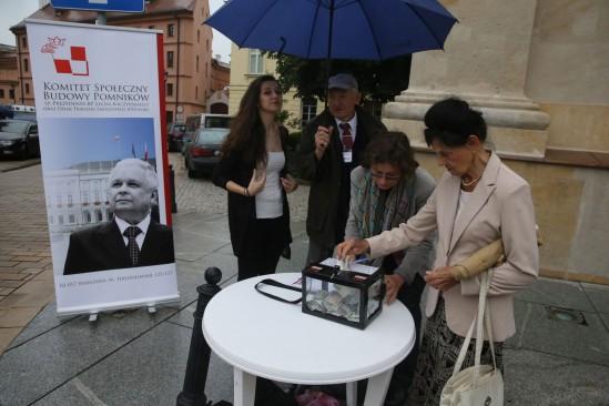Zbiórka pieniędzy na pomniki smoleńskie. Fot. Tomasz Gzell