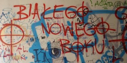 Rasistowskie napisy przy Punkcie Info dla Migrantów na Nowym Świecie
