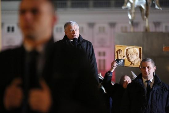 Miesięcznica pod Pałacem Prezydenckim. Fot. PAP/Leszek Szymański