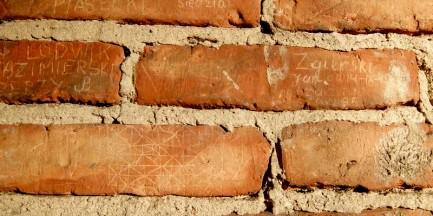 O czym krzyczą mury kamienicy przy Świerszcza 2? [ZDJĘCIA]