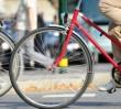 Rowerowy mistrz parkowania. Przyczepił rower nad jezdnią Wisłostrady