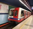 Część pasażerów ciągle gubi się na peronach II linii metra