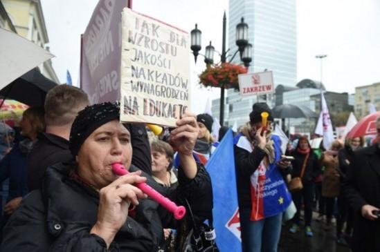 Protest przeciw reformie edukacji, przed stołecznym ratuszem na placu Bankowym. Fot. Radek Pietruszka/PAP