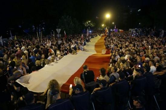 Protesty na Krakowskim Przedmieściu. Fot. PAP/Tomasz Gzell