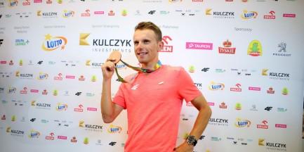 Rafał Majka wrócił do kraju. Kibice przywitali brązowego medalistę na Okęciu