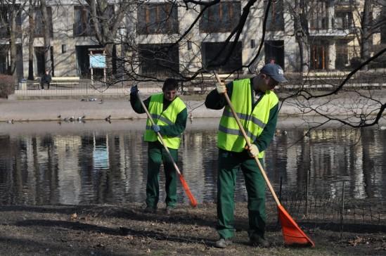 Grabienie odbywa się w sześciu parkach, którymi opiekuje się ZOM Fot. Zarząd Oczyszczania Miasta