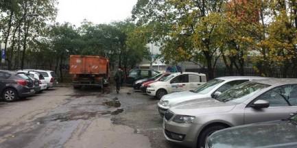 """Dramat mieszkańców bloków przy Wola Parku: """"ostatnio klient rozjechałby dziecko"""". Centrum handlowe nie reaguje"""