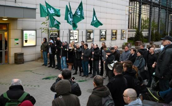 Protesty pod Teatrem Powszechnym. Fot. Agata Grzybowska/Agencja Gazeta